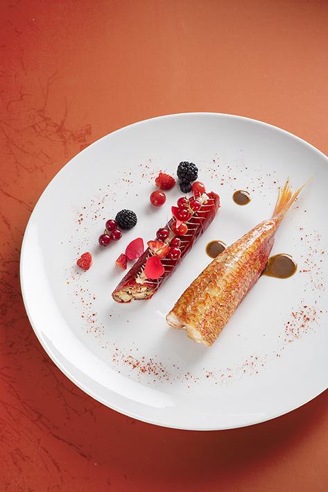 LE ROUGET Rouge pluriel de Condiments Tête et Jarret de veau Gascon en Raviole de piquillos Fumet au lard